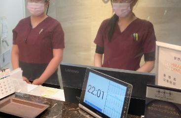 スタッフの体温チェック及びマスクの着用